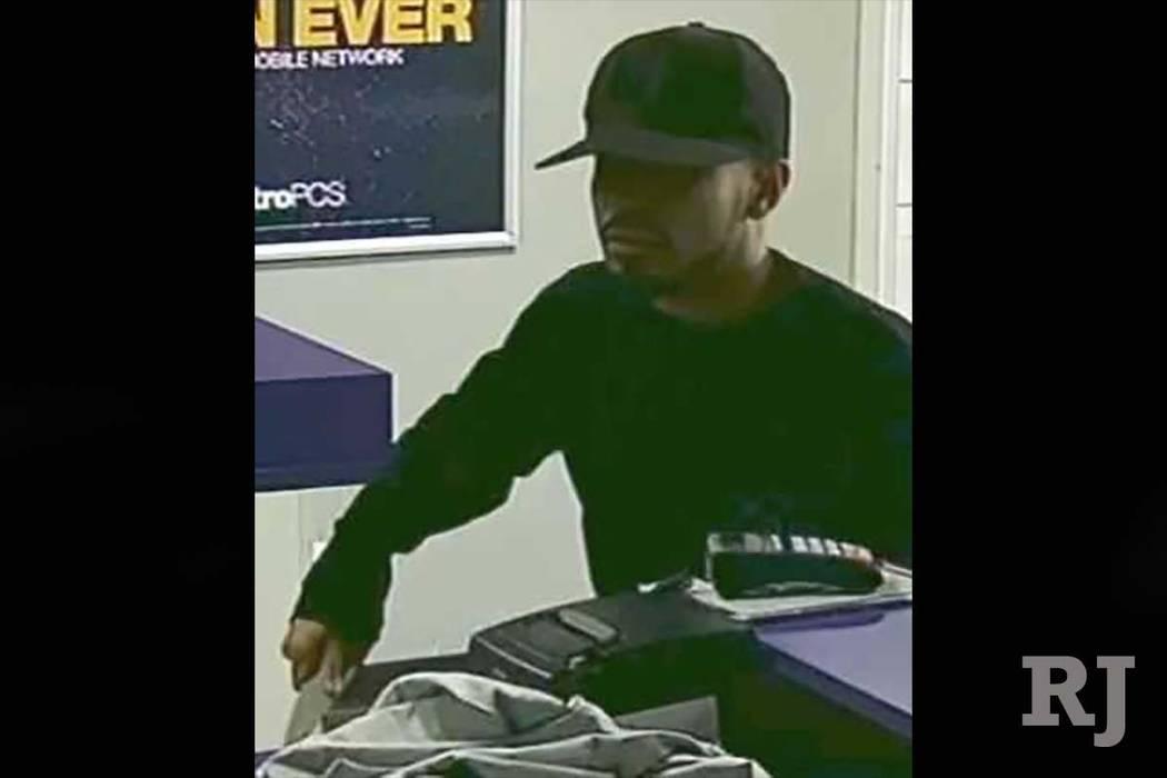 El Departamento de Policía Metropolitana de Las Vegas publicó el domingo una foto de un sospechoso del robo de una tienda de teléfonos celulares en febrero. (Departamento de Policía Metropolit ...