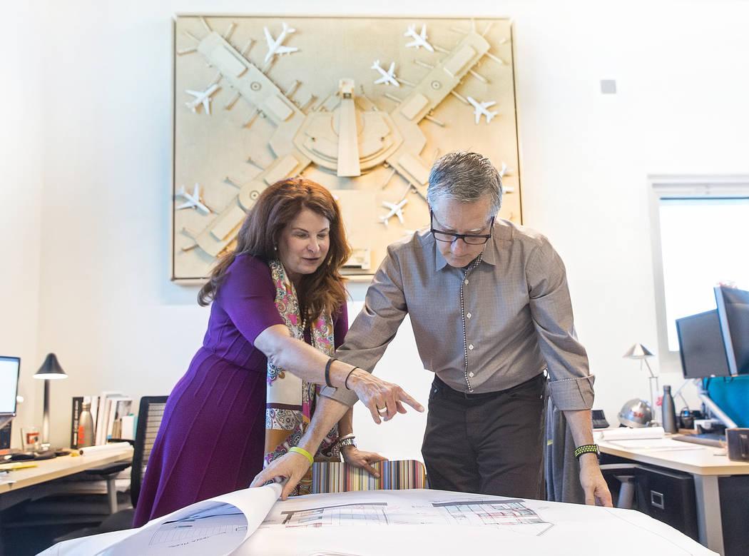 La alcaldesa de Henderson, Debra March, izquierda, y el presidente de TSK, Windom Kimsey, analizan los planes de un nuevo espacio de oficinas comerciales / residenciales para la firma de arquitect ...