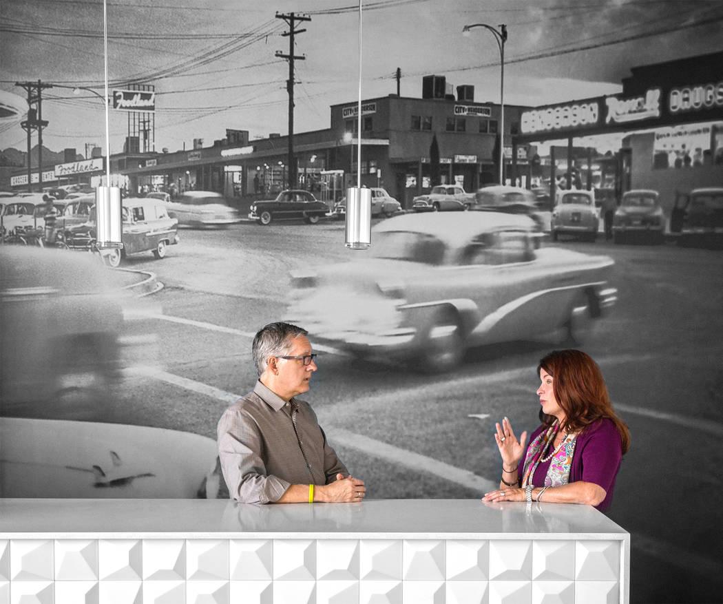 El presidente de TSK, Windom Kimsey, izquierda, y la alcaldesa de Henderson, Debra March, hablan sobre la historia del desarrollo urbano en el sur de Nevada el lunes 14 de agosto de 2017 en las of ...