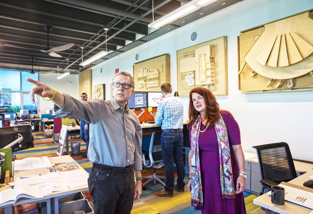 La alcaldesa de Henderson, Debra March, a la derecha, y el presidente de TSK, Windom Kimsey, visitarán la firma de arquitectura de Kimsey el lunes 14 de agosto de 2017 en las oficinas de TSK, en  ...