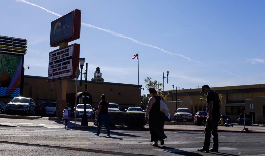 La gente cruza la calle cerca del Rainbow Club en Water Street en Henderson el viernes 30 de marzo de 2018. Patrick Connolly Las Vegas Review-Journal @PConnPie