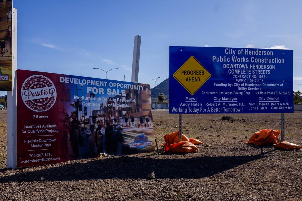 Las señales anuncian los próximos desarrollos y oportunidades en Water Street en Henderson el viernes 30 de marzo de 2018. Patrick Connolly Las Vegas Review-Journal @PConnPie