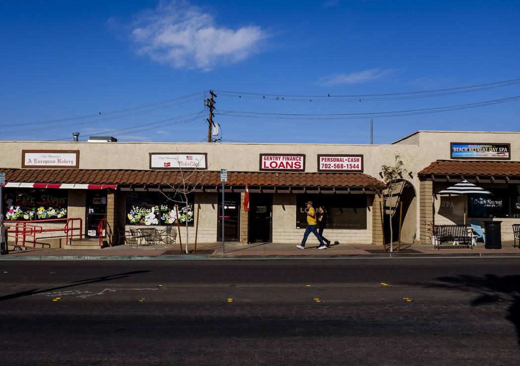 La gente camina por las tiendas de Water Street en Henderson el viernes 30 de marzo de 2018. Patrick Connolly Las Vegas Review-Journal @PConnPie