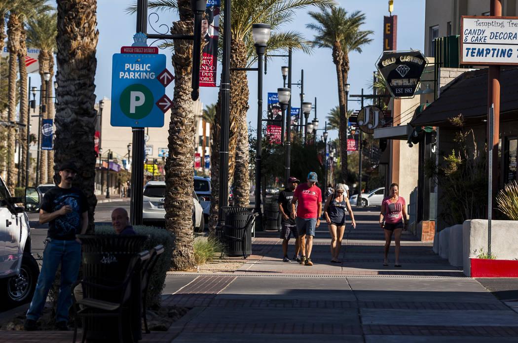 La gente camina por Water Street cerca de Lovelady Brewing Co. en Henderson el viernes 30 de marzo de 2018. Patrick Connolly Las Vegas Review-Journal @PConnPie