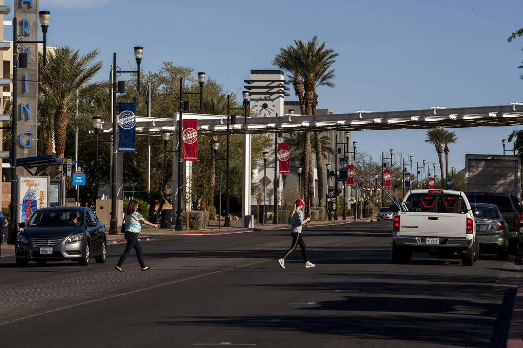 La gente cruza Water Street cerca del Henderson Convention Center en Henderson el viernes 30 de marzo de 2018. Patrick Connolly Las Vegas Review-Journal @PConnPie