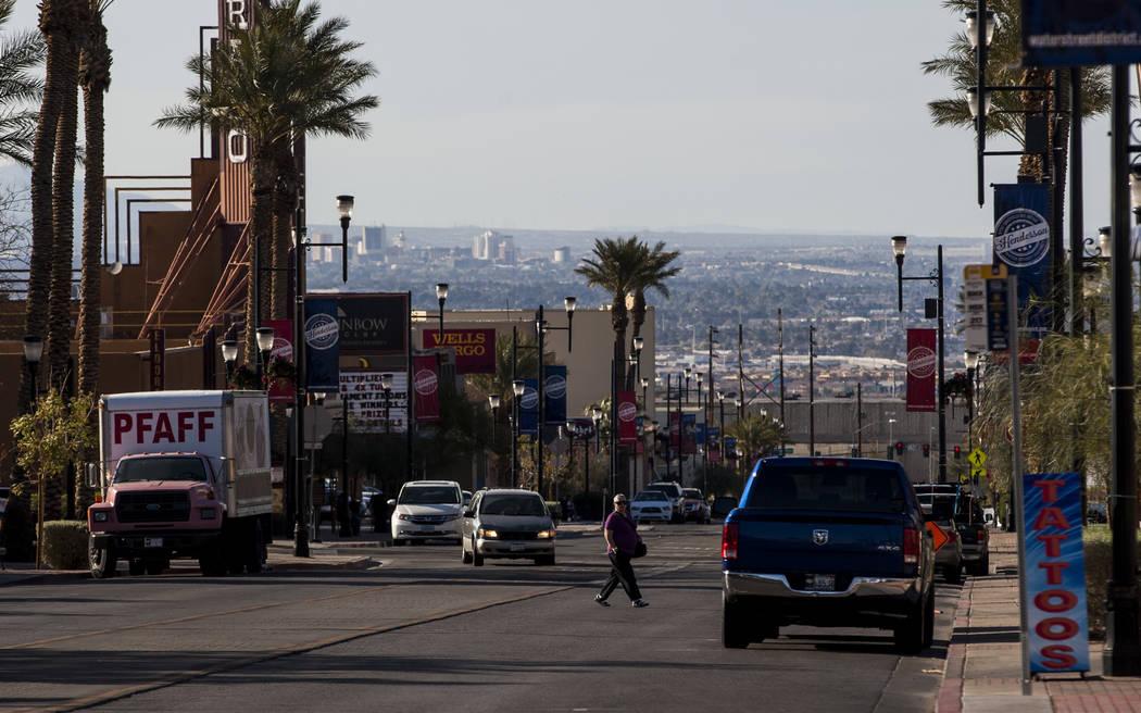 Una persona cruza Water Street en Henderson el viernes 30 de marzo de 2018. Patrick Connolly Las Vegas Review-Journal @PConnPie