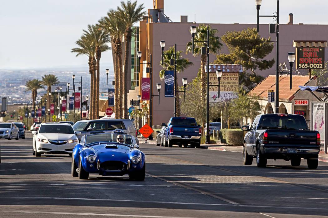 Los automóviles suben y bajan por Water Street en Henderson el viernes 30 de marzo de 2018. Patrick Connolly Las Vegas Review-Journal @PConnPie