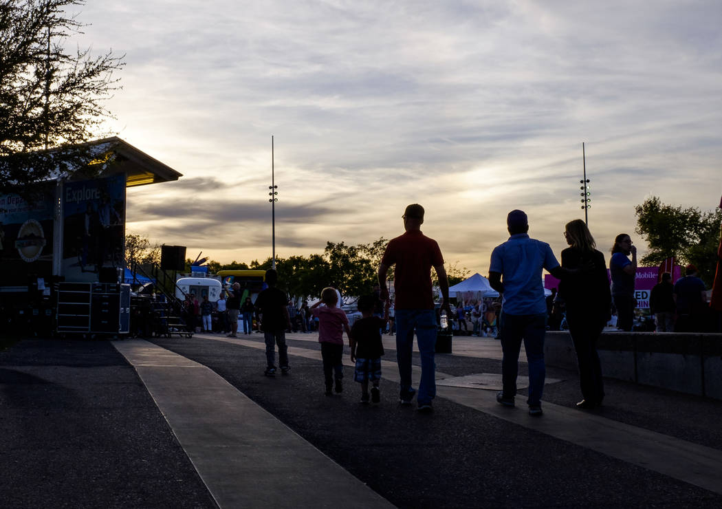 La gente entra a la plaza del evento en Water Street en Henderson para un evento del viernes pasado el viernes 30 de marzo de 2018. Patrick Connolly Las Vegas Review-Journal @PConnPie