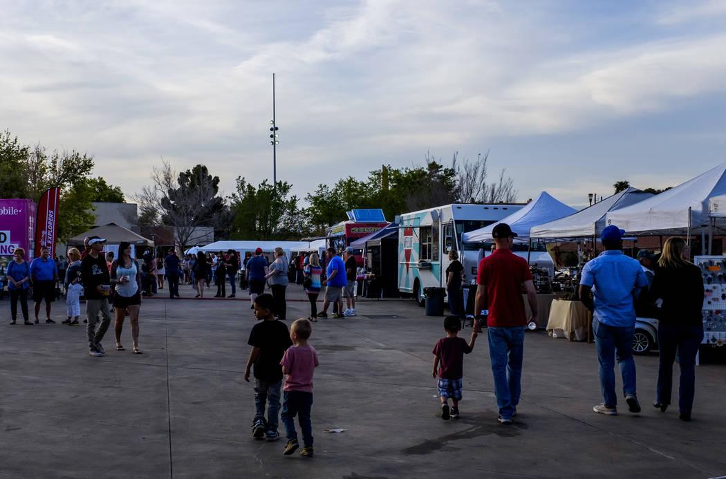 La gente camina alrededor de la plaza del evento en Water Street en Henderson para un evento del viernes pasado el viernes 30 de marzo de 2018. Patrick Connolly Las Vegas Review-Journal @PConnPie