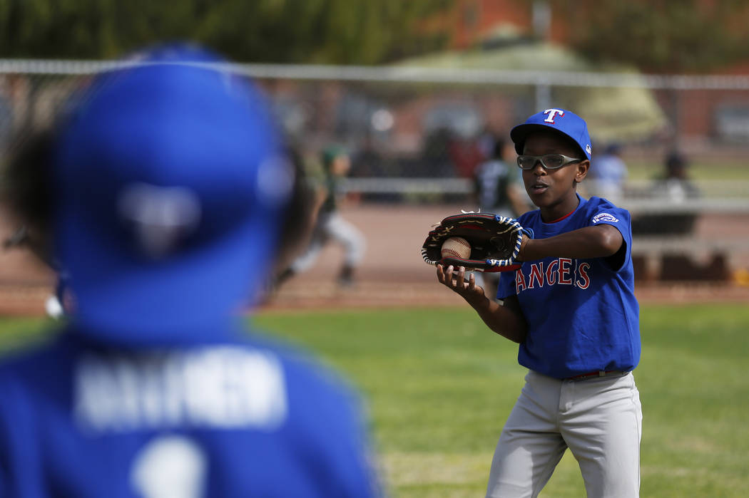 Rangers 'James McCall, 11, practica con su equipo durante el Día Inaugural de la Pequeña Liga de Bolden en Doolittle Field en Las Vegas el sábado 7 de abril de 2018. Andrea Cornejo Las Vegas Re ...