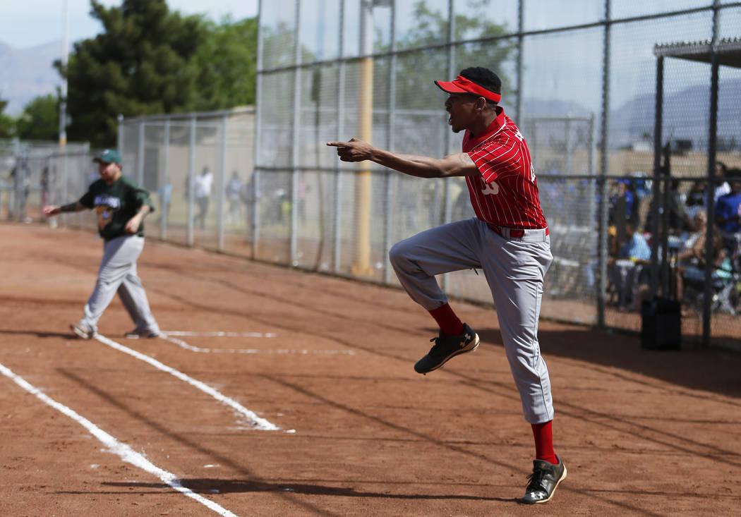 Equipo de Bomberos de Las Vegas 106 El entrenador de los Medias Rojas DeShaun Lewis, de 22 años, anima a su equipo durante una carrera contra los Bulldogs en el Día Inaugural de la Pequeña Liga ...