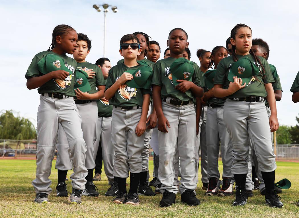 Marios West Side Bulldogs representan el Juramento a la Bandera durante el Día de Apertura de la Pequeña Liga de Bolden en el Doolittle Field en Las Vegas el sábado 7 de abril de 2018. Andrea C ...