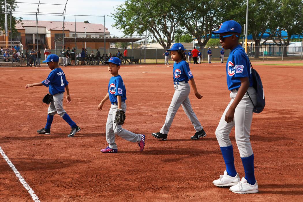 Los jugadores de los Cubs salen del campo durante el Día Inaugural de la Pequeña Liga de Bolden en el Doolittle Field en Las Vegas el sábado 7 de abril de 2018. Andrea Cornejo Las Vegas Review- ...