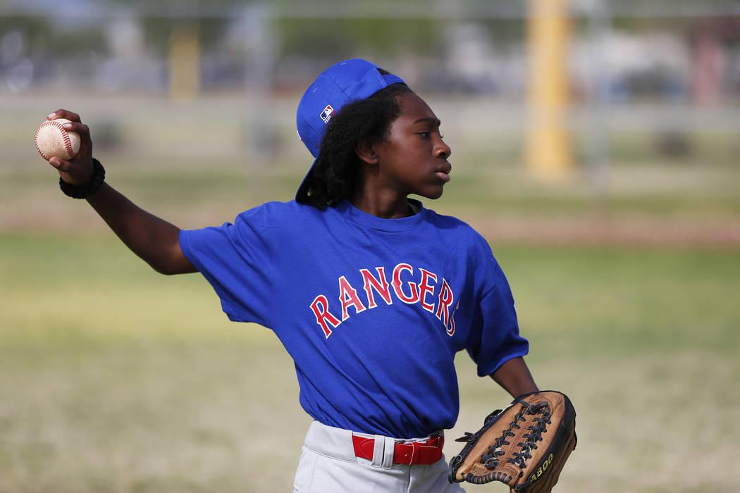 Rangers 'Keshawn Estes, 11, practica con su equipo durante el Día Inaugural de la Pequeña Liga de Bolden en Doolittle Field en Las Vegas el sábado 7 de abril de 2018. Andrea Cornejo Las Vegas R ...
