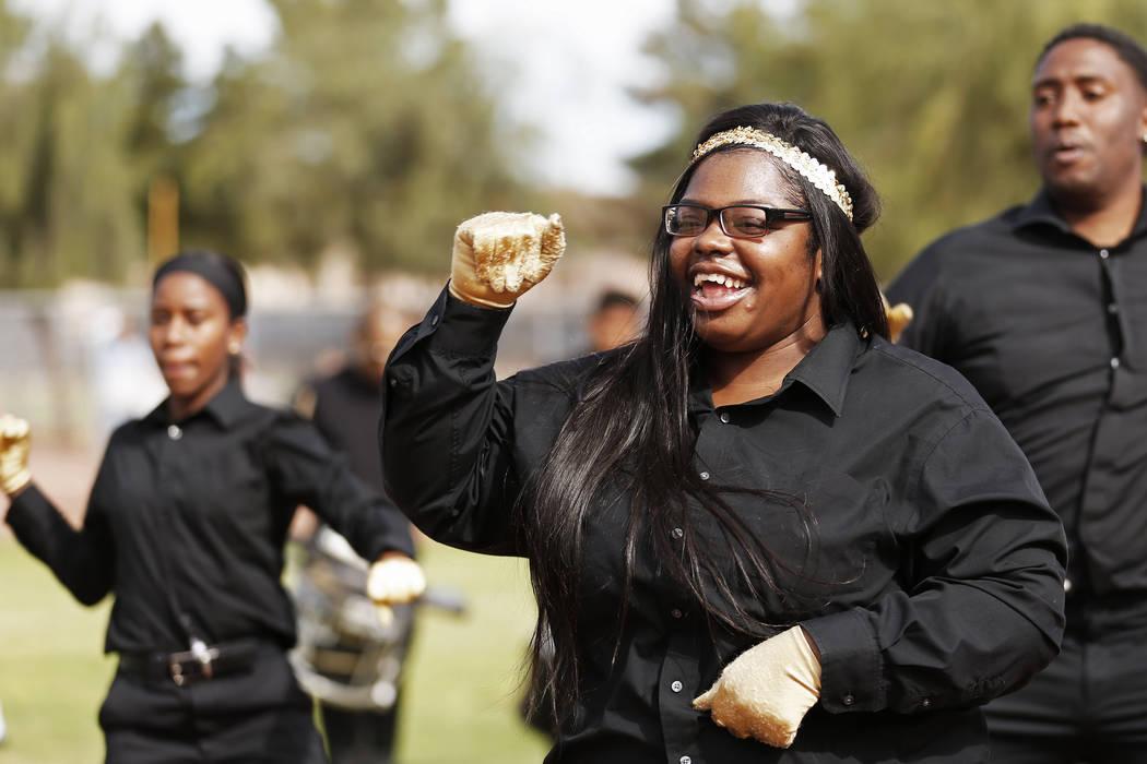 Tatianna Price, una bailarina de Las Vegas High Steppers, se presenta con su grupo durante el Día Inaugural de la Pequeña Liga de Bolden en el Doolittle Field en Las Vegas el sábado 7 de abril  ...