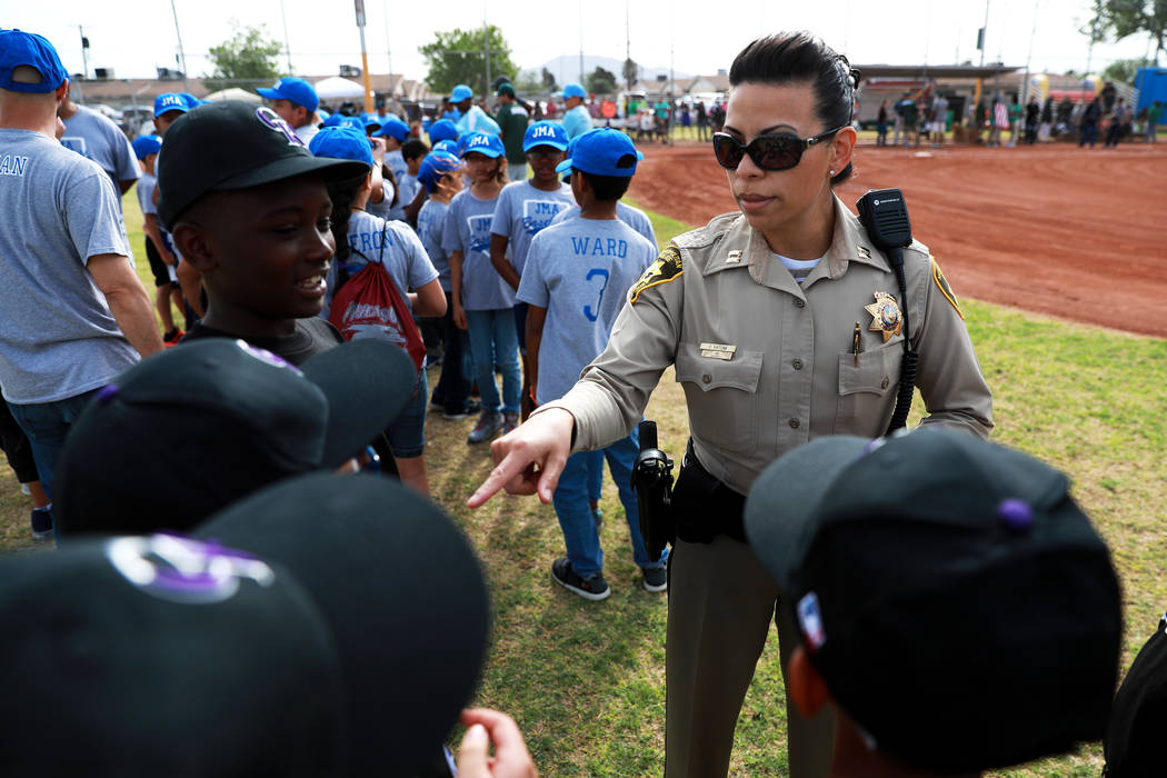 Yasenia Yatomi, comandante de la oficina del Comando del Área de Bolden, saluda a los niños durante el Día Inaugural de la Pequeña Liga de Bolden en el Doolittle Field en Las Vegas el sábado  ...