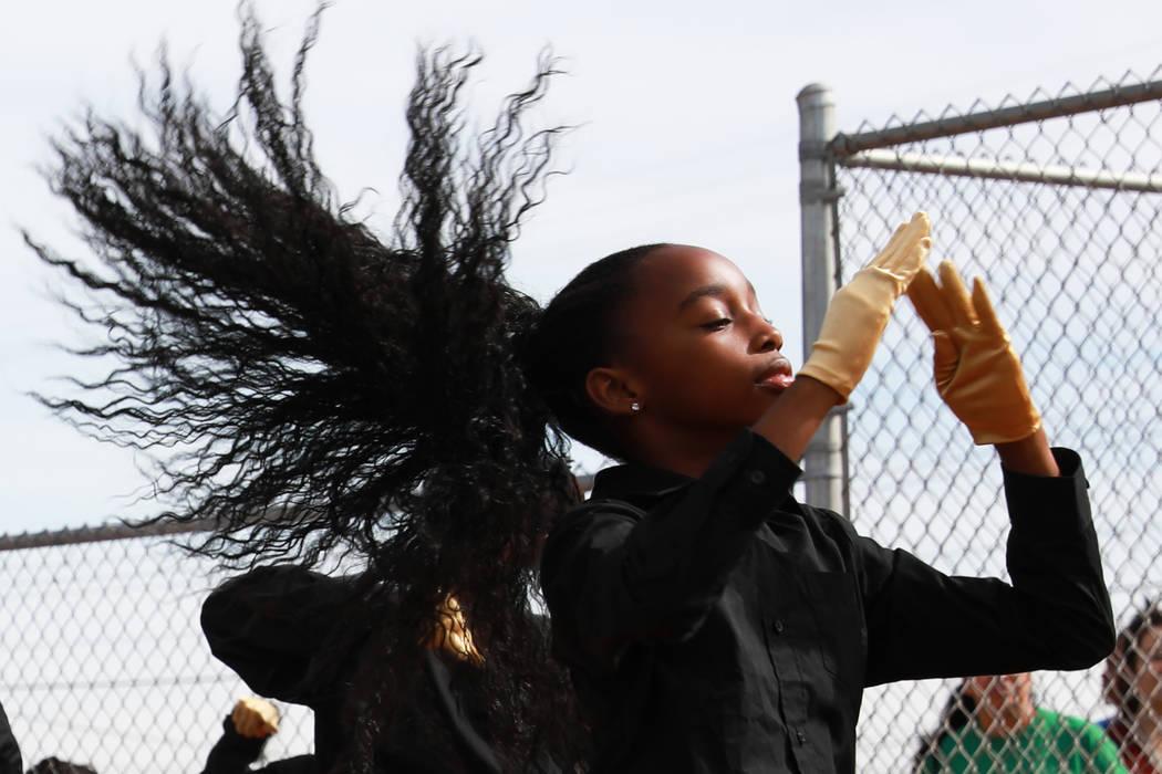 Kaykay, una bailarina de Las Vegas High Steppers, se presenta con su grupo durante el Día Inaugural de la Pequeña Liga de Bolden en Doolittle Field en Las Vegas el sábado 7 de abril de 2018. An ...