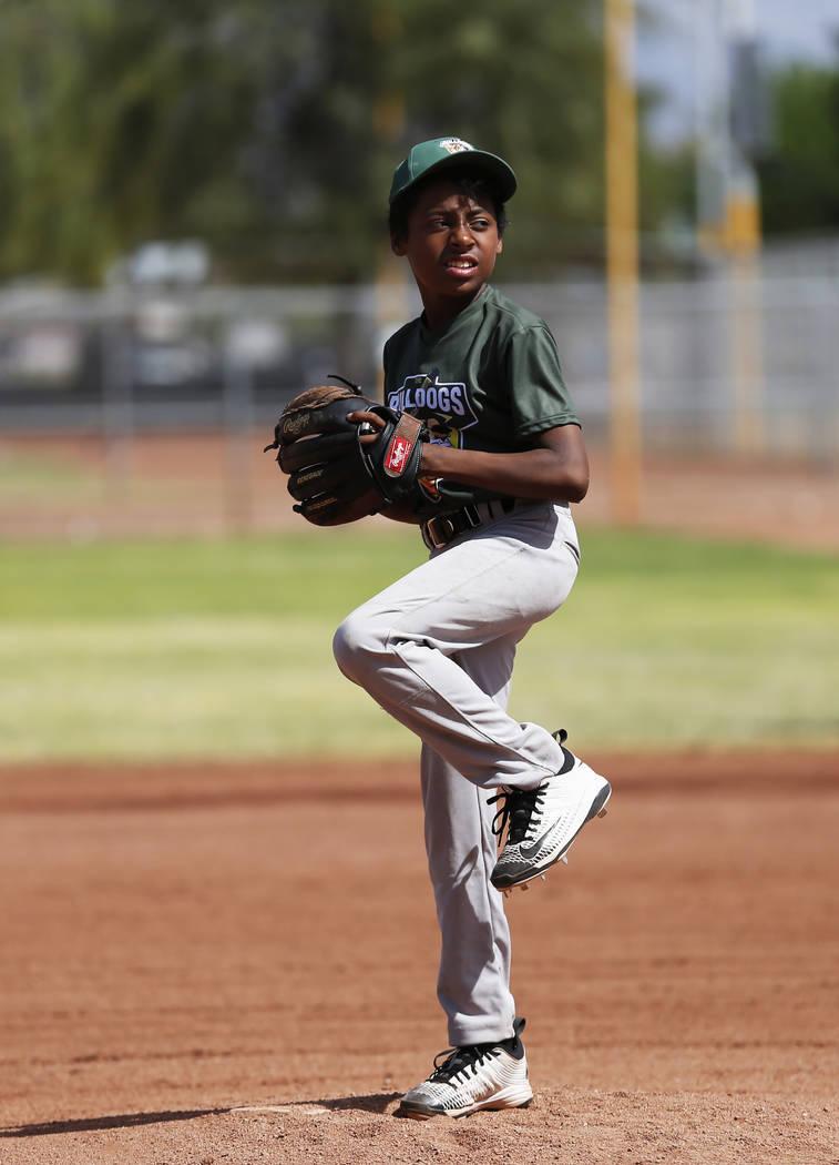 El lanzador de Marios West Side Bulldogs Anthony Banisto lanza contra los Medias Rojas del Equipo de Bomberos de Las Vegas durante el Día Inaugural de la Pequeña Liga de Bolden en el Doolittle F ...