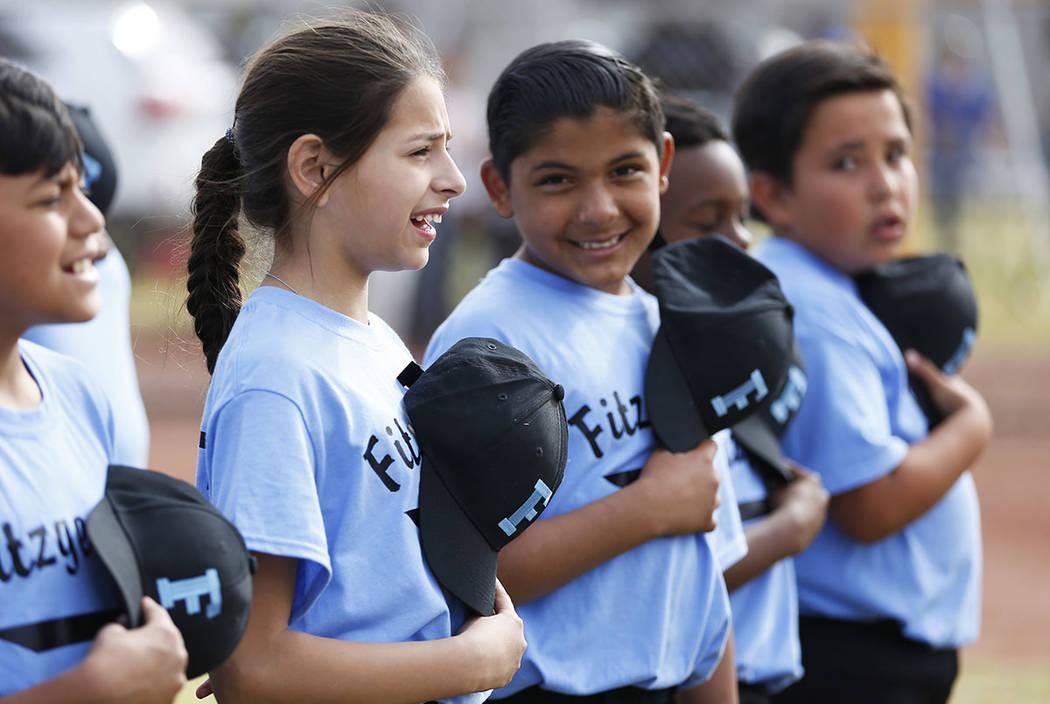 Airam Cruz, de 10 años, representa el Juramento a la Bandera durante el Día de Apertura de la Pequeña Liga de Bolden en el Doolittle Field en Las Vegas el sábado 7 de abril de 2018. Andrea Cor ...