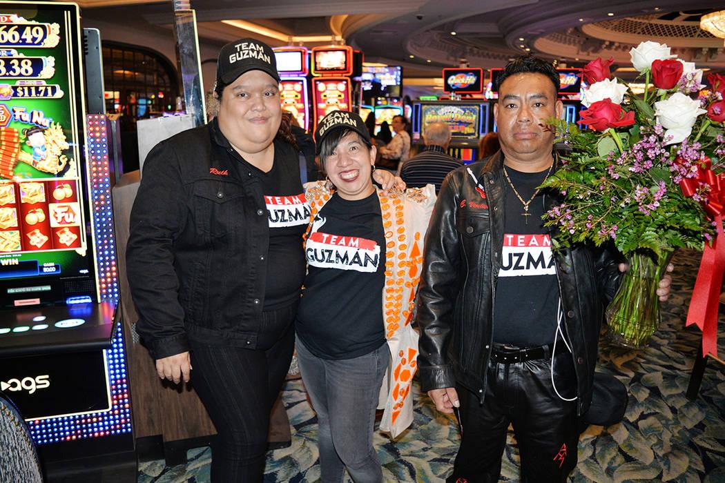 En la foto, admiradores de Alejandra Guzmán, desde la izquierda: Ruth Zacarías, Luz Vásquez y Cecilio Ventura, el sábado 7 de abril, en el Park Theatre del Montecarlo hotel y casino. Foto Fran ...