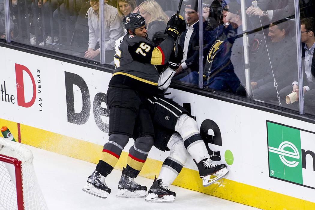 El ala derecha de Vegas Golden Knights Ryan Reaves (75) golpea al defensor de Los Angeles Kings Derek Forbort (24) contra el cristal durante el tercer periodo de un juego de hockey NHL en la Arena ...