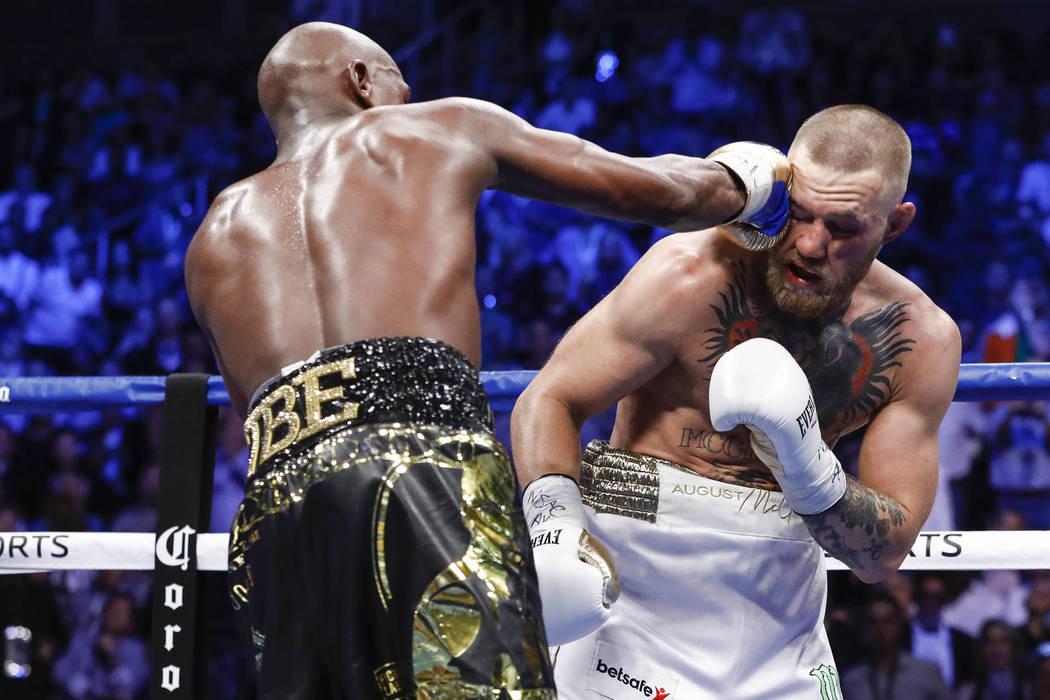 Archivo Esther Lin / SHOWTIME Floyd Mayweather le dio un puñetazo a McGregor durante la pelea del 26 de agosto. Mayweather derribó a McGregor y pudo ganarle en la décima ronda.