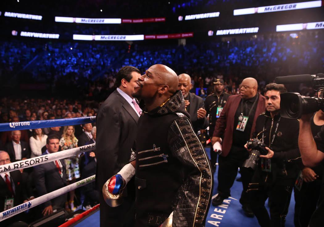 Floyd Mayweather Jr. ingresa al cuadrilátero antes de su pelea contra Conor McGregor en T-Mobile Arena, el sábado 26 de agosto de 2017 en Las Vegas. Benjamin Hager Las Vegas Review-Journal