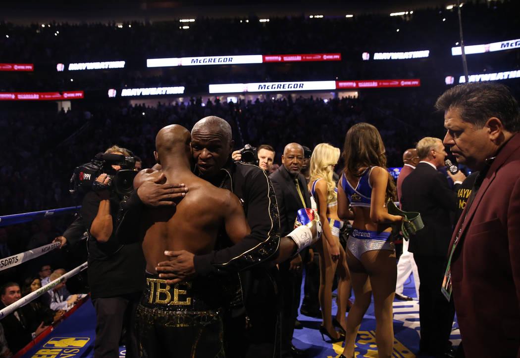 Floyd Mayweather Jr., izquierda, abraza a su padre, Floyd Mayweather, antes de su pelea contra Conor McGregor en T-Mobile Arena, el sábado 26 de agosto de 2017 en Las Vegas. Benjamin Hager Las Ve ...