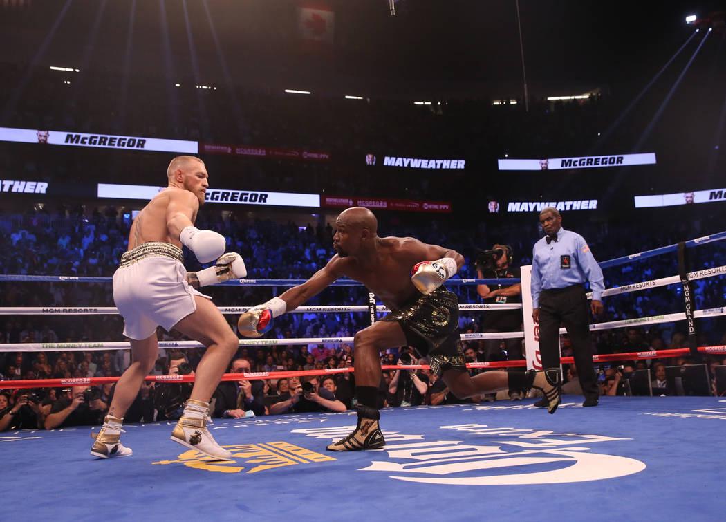 Conor McGregor, izquierda, y Floyd Mayweather Jr. durante la primera ronda de su pelea en T-Mobile Arena, el sábado 26 de agosto de 2017 en Las Vegas. Benjamin Hager Las Vegas Review-Journal