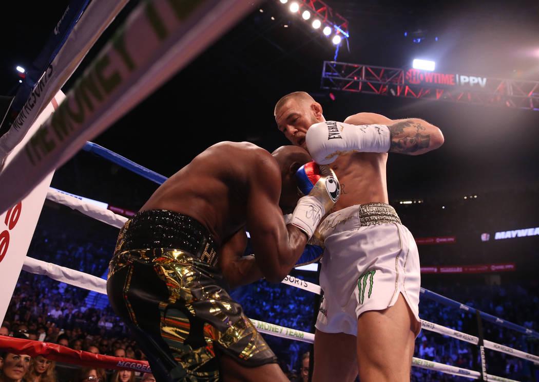 Floyd Mayweather Jr., izquierda, bloquea un tiro de Conor McGregor durante la primera ronda de su pelea en T-Mobile Arena, el sábado 26 de agosto de 2017 en Las Vegas. Benjamin Hager Las Vegas Re ...
