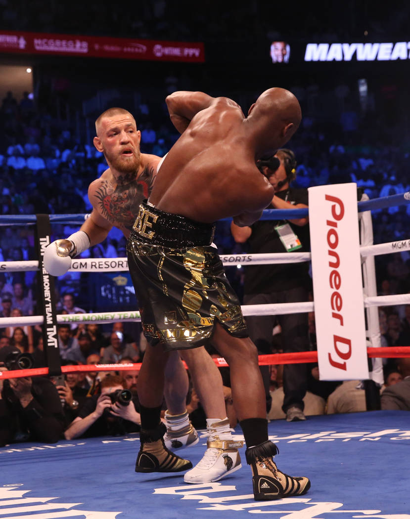 Conor McGregor, izquierda, golpea a Floyd Mayweather Jr. durante la primera ronda de su pelea en T-Mobile Arena, el sábado, 26 de agosto de 2017, en Las Vegas. Benjamin Hager Las Vegas Review-Journal