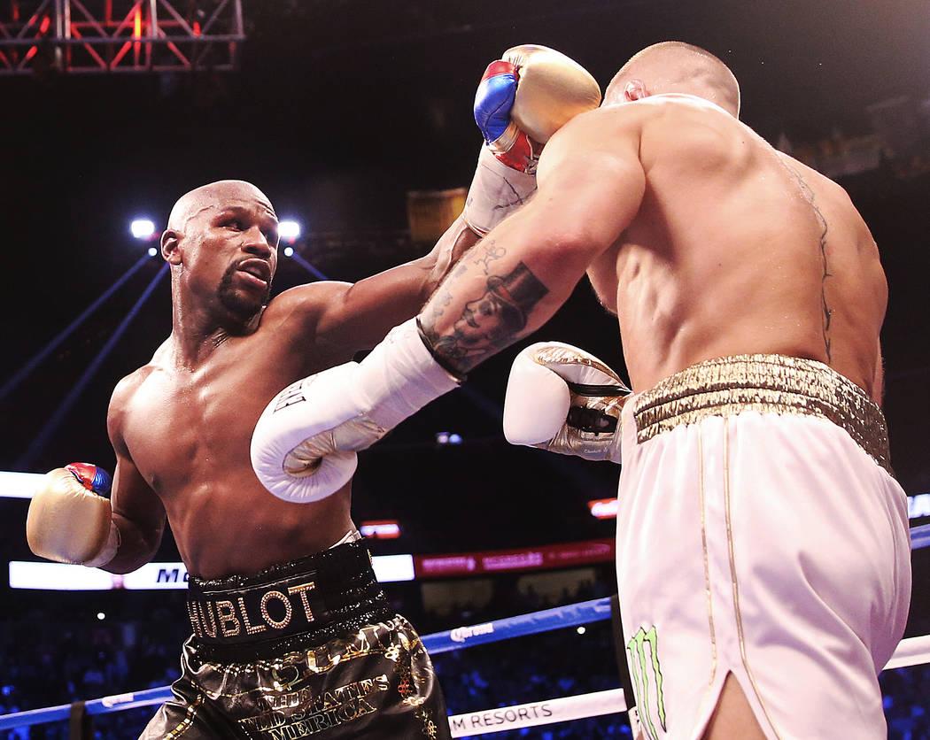 Floyd Mayweather, izquierda, aterriza un golpe contra Conor McGregor en la ronda en blanco el sábado, 26 de agosto de 2017, en T-Mobile Arena, en Las Vegas. Benjamin Hager Las Vegas Review-Journa ...