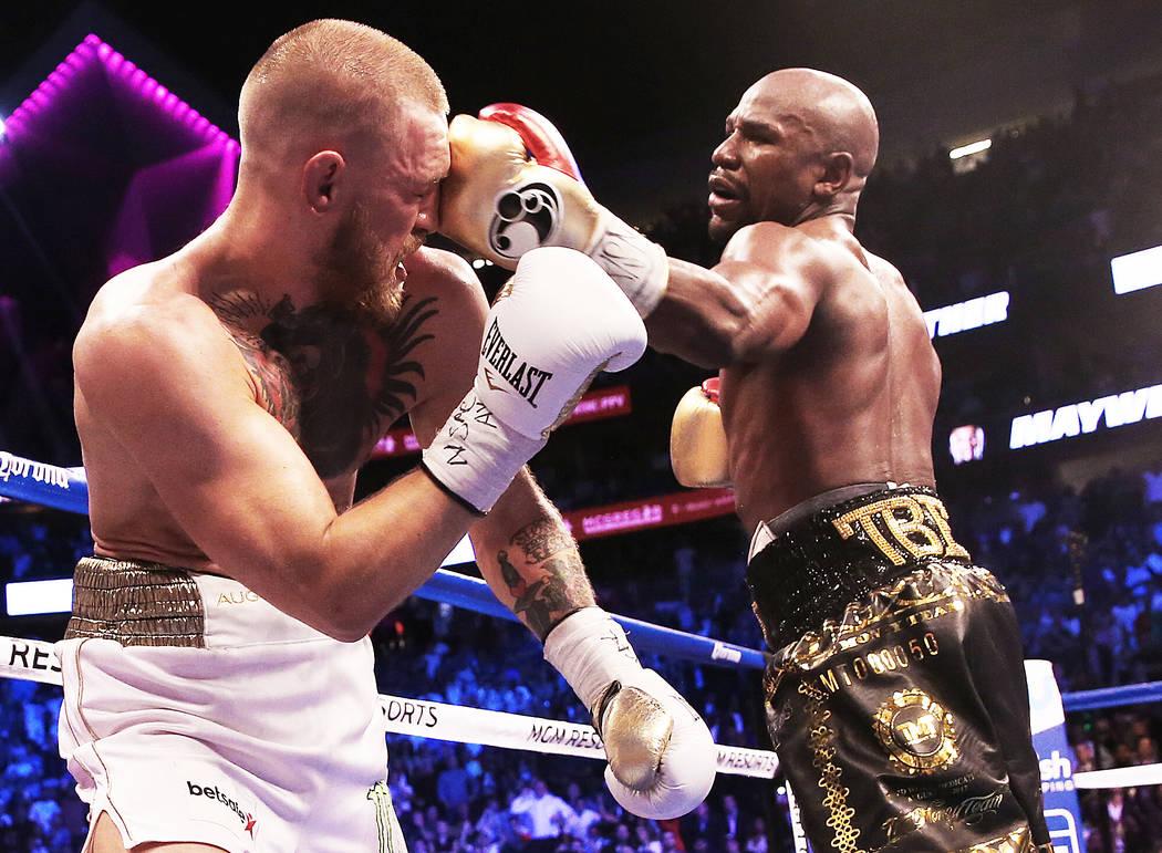 Floyd Mayweather, a la derecha, le da un puñetazo a Conor McGregor en la ronda en blanco el sábado 26 de agosto de 2017 en T-Mobile Arena, en Las Vegas. Benjamin Hager Las Vegas Review-Journal @ ...