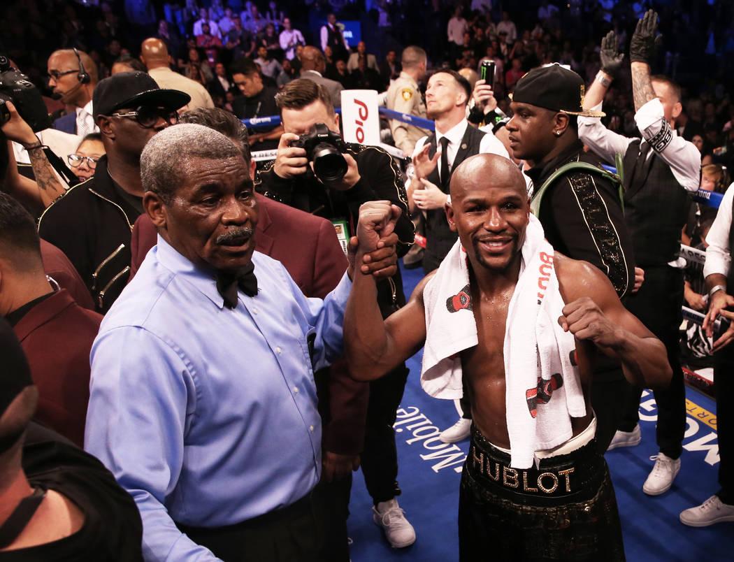 Floyd Mayweather, a la derecha, celebra con el réferi Robert Byrd luego de su victoria por TKO sobre Conor McGregor el sábado 26 de agosto de 2017 en T-Mobile Arena, en Las Vegas. Benjamin Hager ...