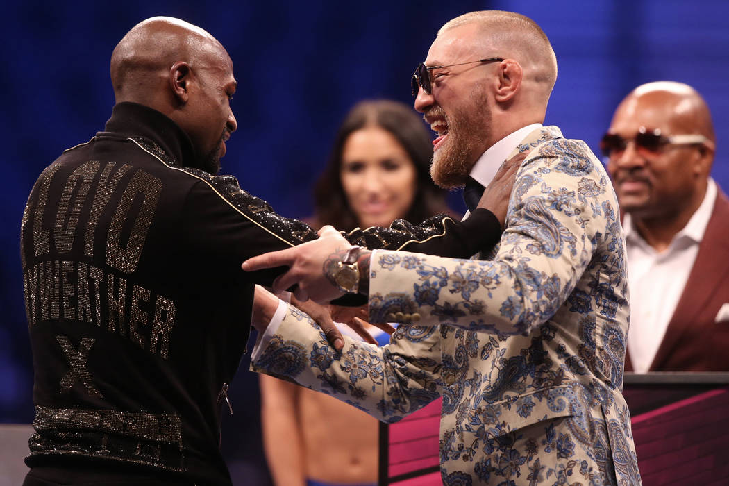 Floyd Mayweather, izquierda, y Conor McGregor bromean en la conferencia de prensa posterior a la pelea el sábado 26 de agosto de 2017 en T-Mobile Arena, en Las Vegas. (Benjamin Hager / Las Vegas  ...