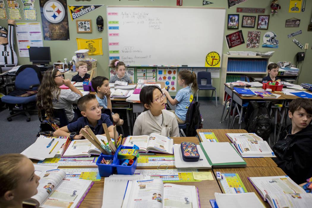 Los estudiantes en el aula de tercer grado de Mary Frazier aprenden cómo usar comillas correctamente en la Escuela Primaria Vanderburg en Henderson, miércoles, 19 de abril de 2017. Elizabeth Bru ...