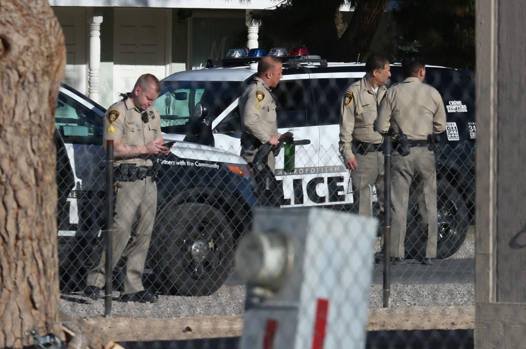 La policía de Las Vegas investiga un tiroteo en Madge Lane y Mabel Road, entre Charleston Boulevard y Stewart Avenue, el viernes 6 de abril de 2018 en Las Vegas. Bizuayehu Tesfaye / Las Vegas Rev ...