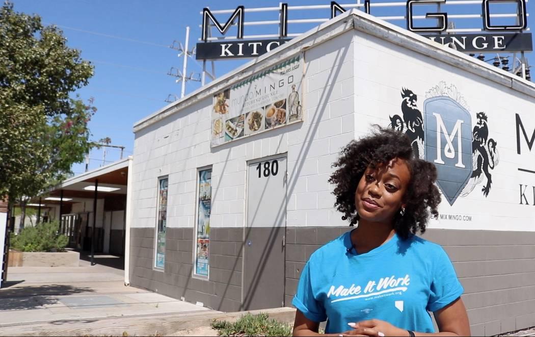 """Carmella Gadsen, embajadora de Make It Work Nevada, explica la idea del grupo para una """"Unhappy Hour"""" para Equal Pay Day en el centro de Las Vegas el lunes 9 de abril. Las mujeres podrán pedir be ..."""