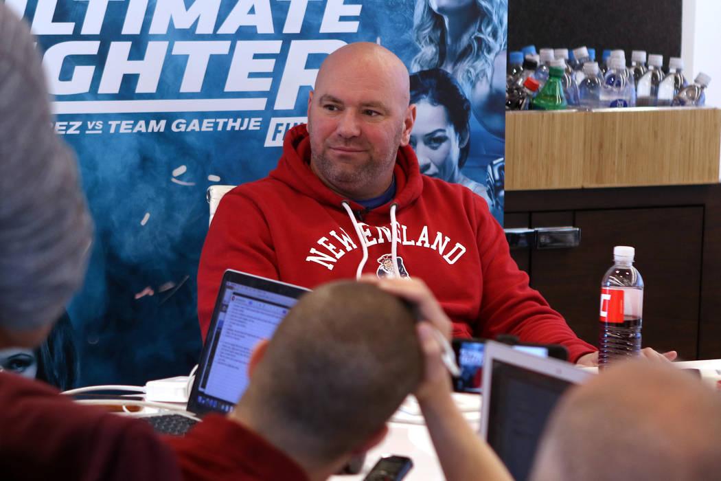 El presidente de la UFC, Dana White, escucha las preguntas de los periodistas en un día de los medios de comunicación en la sede del UFC en Las Vegas, el martes 28 de noviembre de 2017. Heidi Fa ...