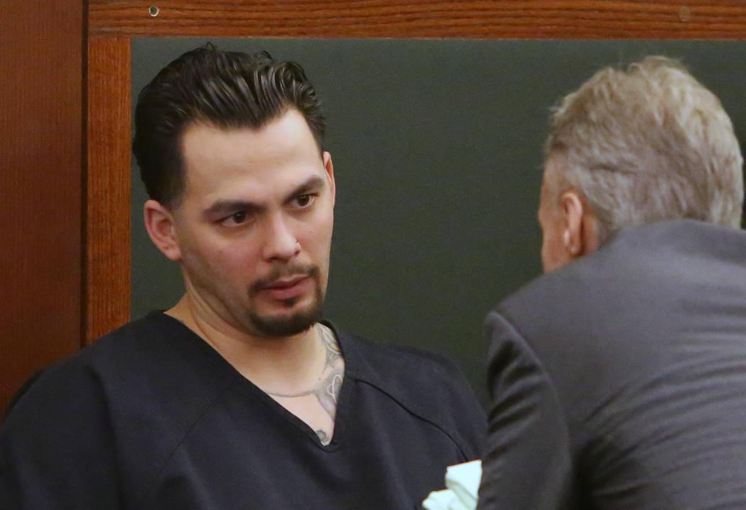 James Beach, quien se declaró culpable de homicidio voluntario en la muerte de un solo golpe de Luis Campos, consulta con su abogado Gregory Knapp en la corte durante su sentencia en el Centro de ...