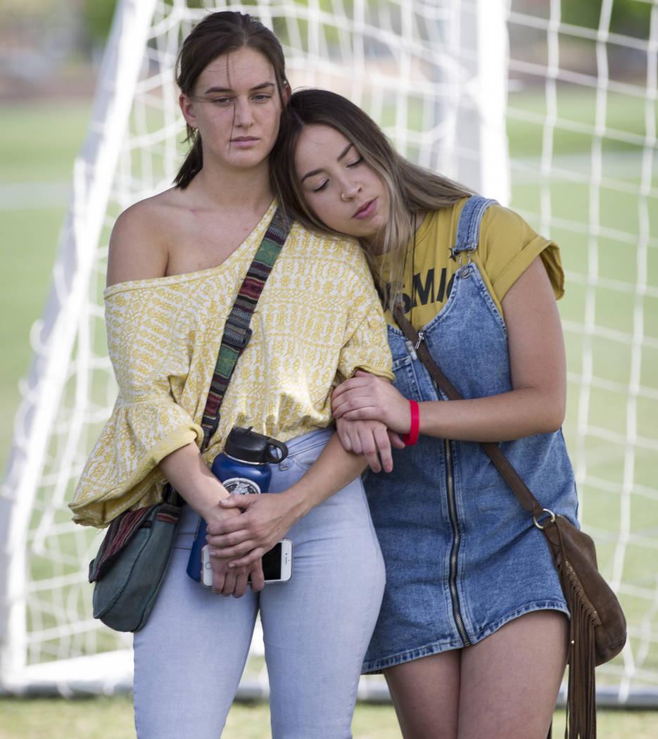 Ashlee Hawley, a la derecha, hermana de Brooke Hawley, estudiante de Centennial High School muerta en un accidente automovilístico con un conductor ebrio en California, abraza a su amiga Alana Ma ...