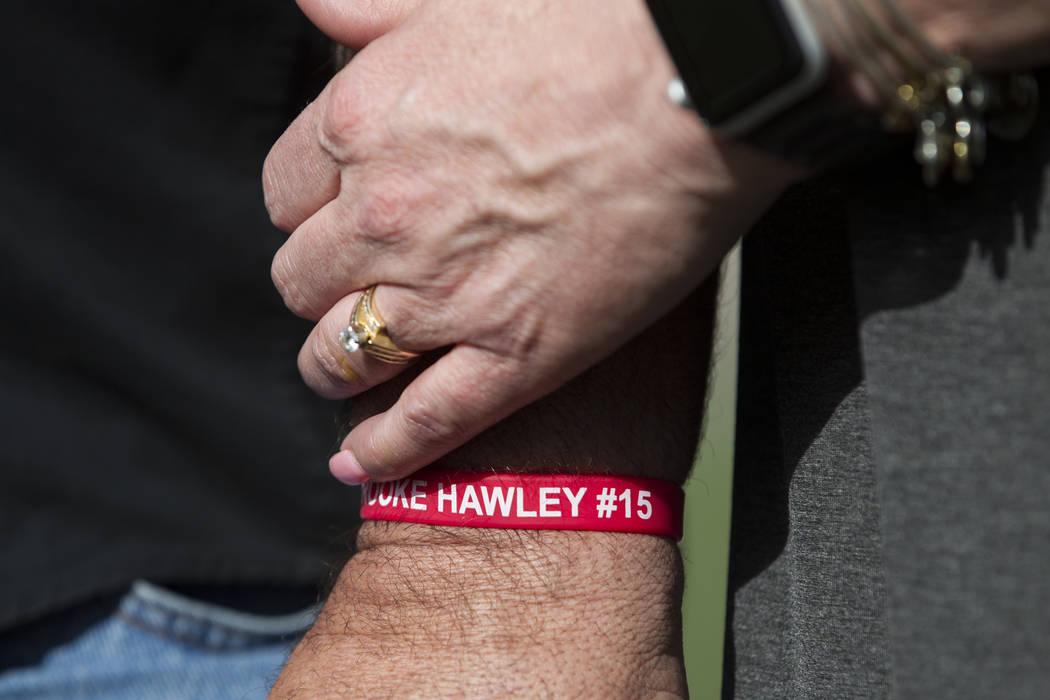 Aaron Hawley, usando una pulsera con el nombre de su hija Brooke, toma de la mano a su esposa Rhonda durante una conferencia de prensa para anunciar la beca Brooke Hawley Memorial, en el Bettye Wi ...
