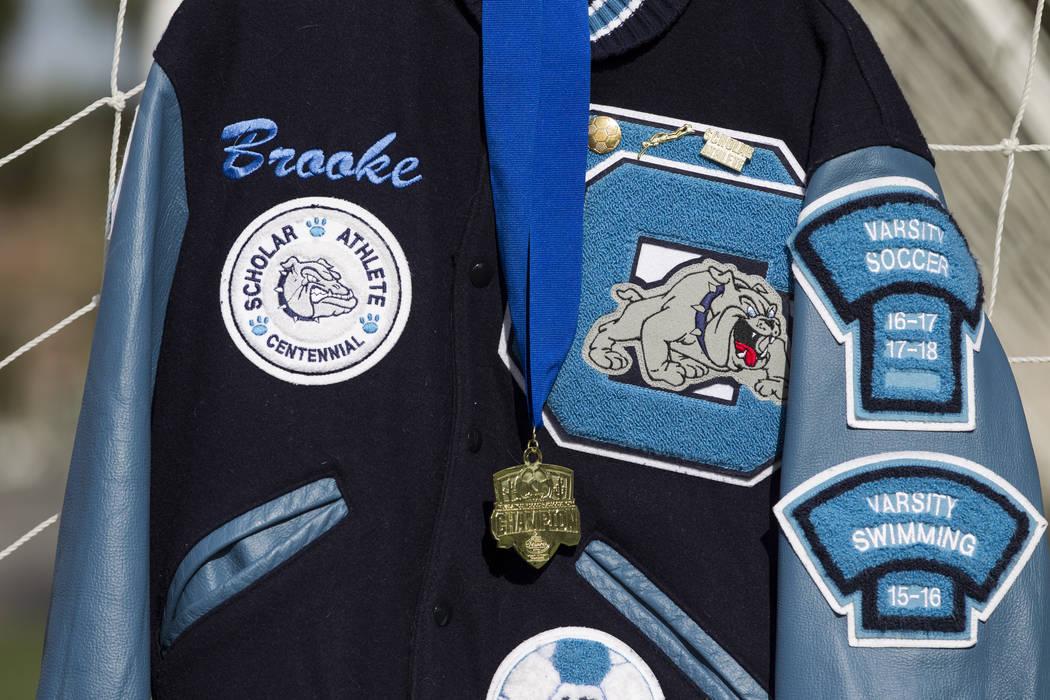 La chaqueta de Letterman de Brooke Hawley se exhibe durante una conferencia de prensa que anuncia una beca conmemorativa que lleva su nombre en el complejo de fútbol Bettye Wilson en Las Vegas, e ...