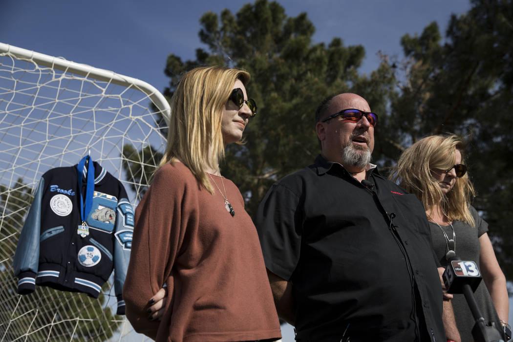 Heather Hawley, izquierda, padre Aaron y madre Rhonda hablan durante una conferencia de prensa anunciando la beca Brooke Hawley Memorial, en el Bettye Wilson Soccer Complex en Las Vegas, el martes ...