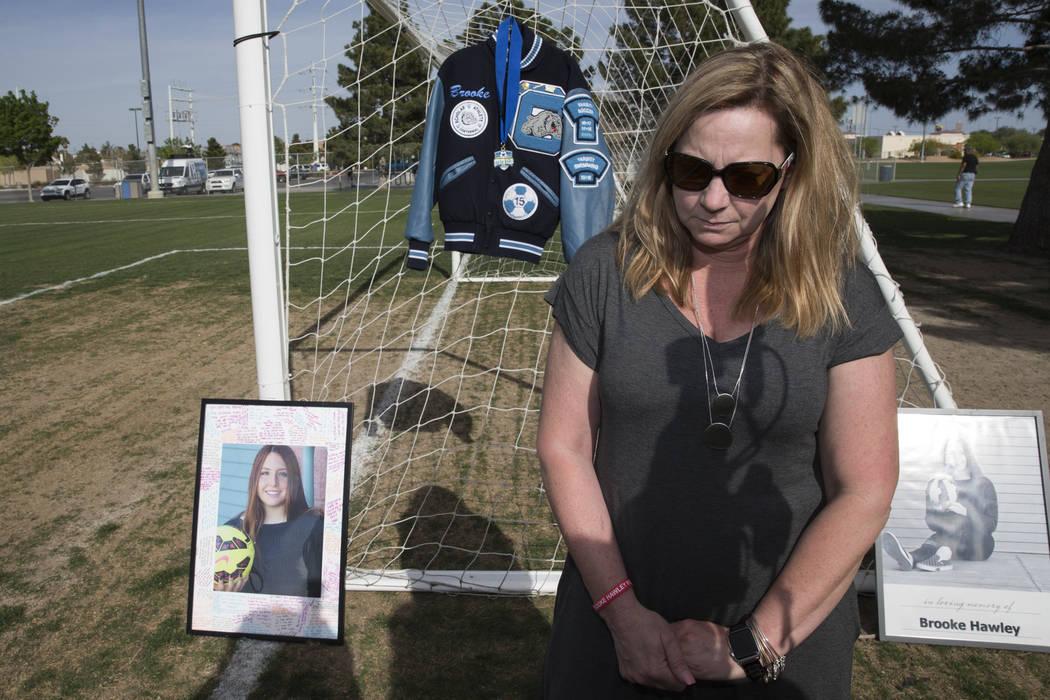 Rhonda Hawley hace una pausa durante una entrevista después de una conferencia de prensa anunciando la beca Brooke Hawley Memorial, en el Bettye Wilson Soccer Complex en Las Vegas, el martes 10 d ...