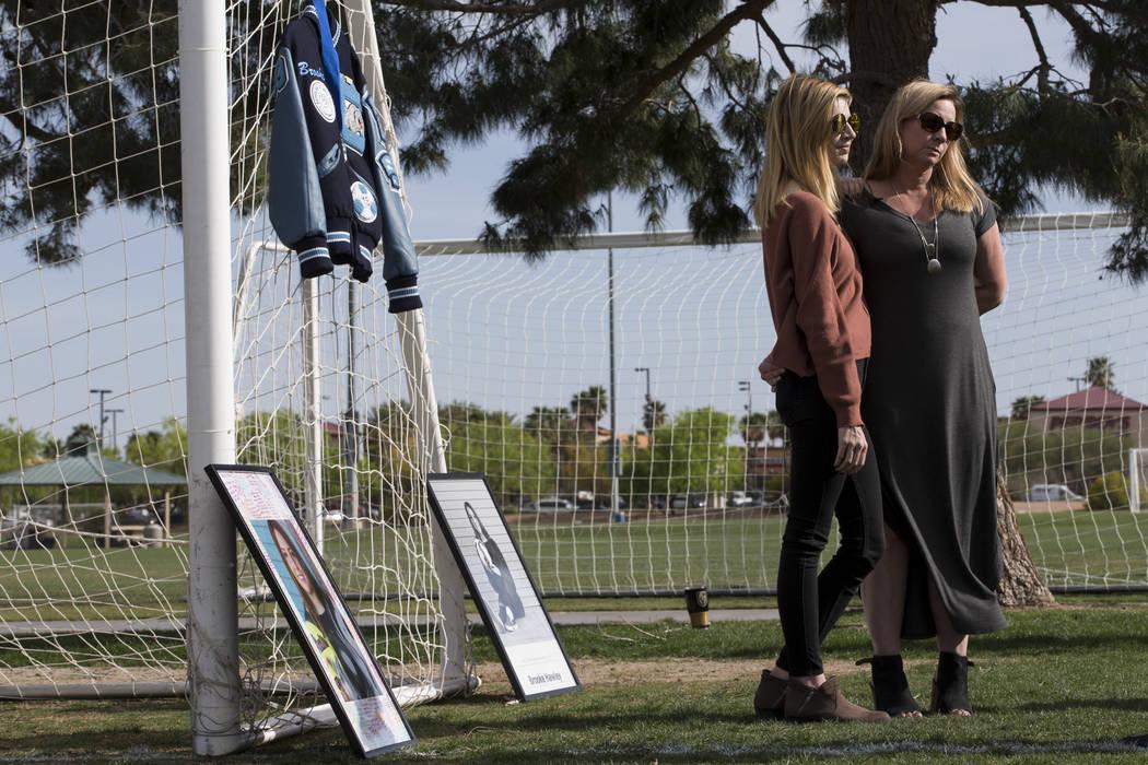 Heather Hawley, izquierda, y su madre Rhonda, hablan durante una entrevista después de una conferencia de prensa anunciando la beca Brooke Hawley Memorial, en el Bettye Wilson Soccer Complex en L ...