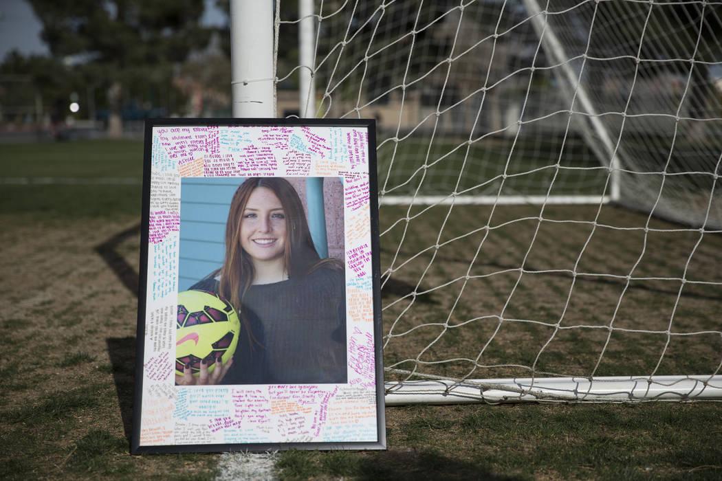 Una foto de Brooke Hawley se muestra durante una conferencia de prensa anunciando una beca conmemorativa que lleva su nombre en el Bettye Wilson Soccer Complex en Las Vegas, el martes 10 de abril  ...