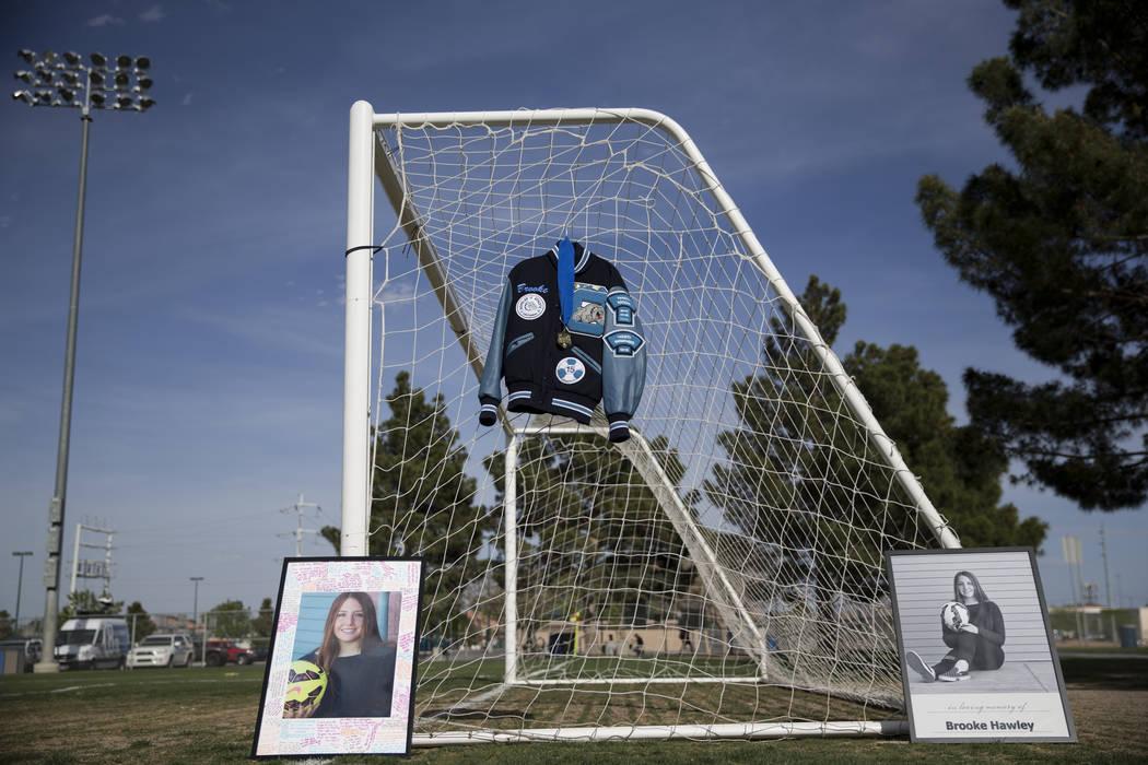 La chaqueta y las fotos de Brooke Hawley se muestran durante una conferencia de prensa que anuncia una beca conmemorativa que lleva su nombre en el complejo de fútbol Bettye Wilson en Las Vegas,  ...