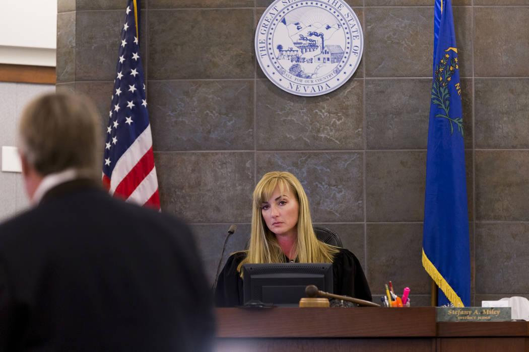 La jueza de distrito: Stefany Miley, preside un caso en el Centro de Justicia Regional el 29 de junio de 2017 en Las Vegas. El martes, Miley acusó al Departamento de Policía Metropolitana de tap ...
