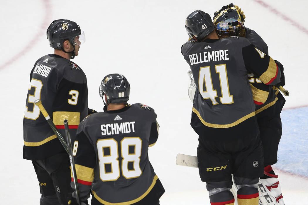 El ala izquierda de los Golden Knights, Pierre-Edouard Bellemare (41), abraza al portero de los Golden Knights, Marc-Andre Fleury (29), al final de un partido de hockey NHL contra los San Jose Sha ...